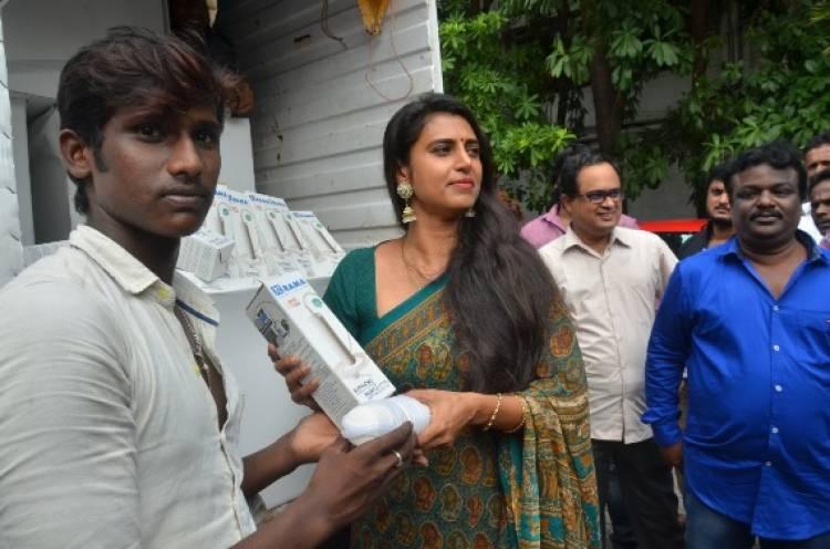 கஜா புயலால் பாதிக்கப்பட்ட மக்களுக்கு அதிநவீன வாட்டர் ஃபில்டர், உதவிகளை அளித்த நடிகை கஸ்தூரி