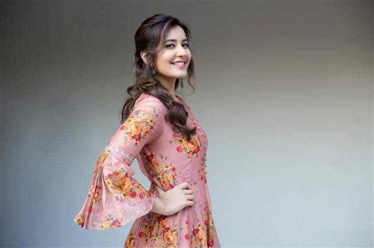 Actress Raashi Khanna latest Stills