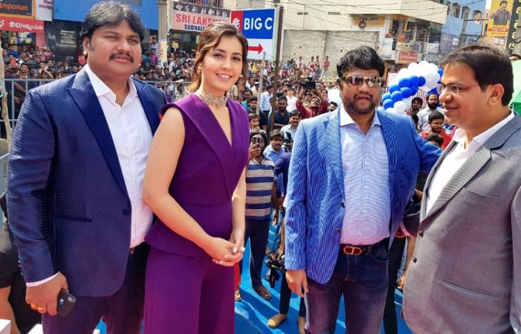 Raashi Khanna stills from the launch of a Big C store in Rajahmundry