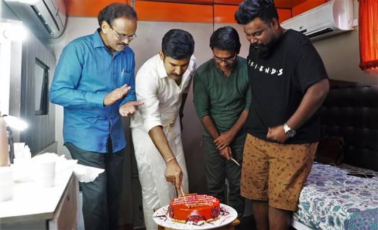 Kolaigaran - Team Cake Cutting Stills