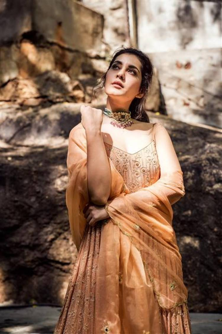 Actress Raashi Khanna Stunning Latest Stills