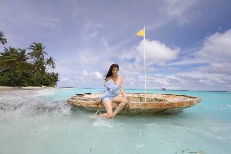 Actress Vedhika chilling her holiday in Maldives