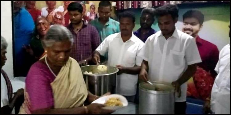 விலையில்லா விருந்தகம்: விஜய் ரசிகர்களின் அசத்தல் முயற்சி!