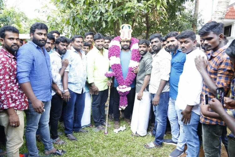 விஜய்சேதுபதி தற்போது நடந்து கொண்டு இருக்கும் படப்பிடிப்பில் ரசிகர்களுடன் கேக் வெட்டி  தனது 42-வது பிறந்த நாளை கொண்டாடினார்