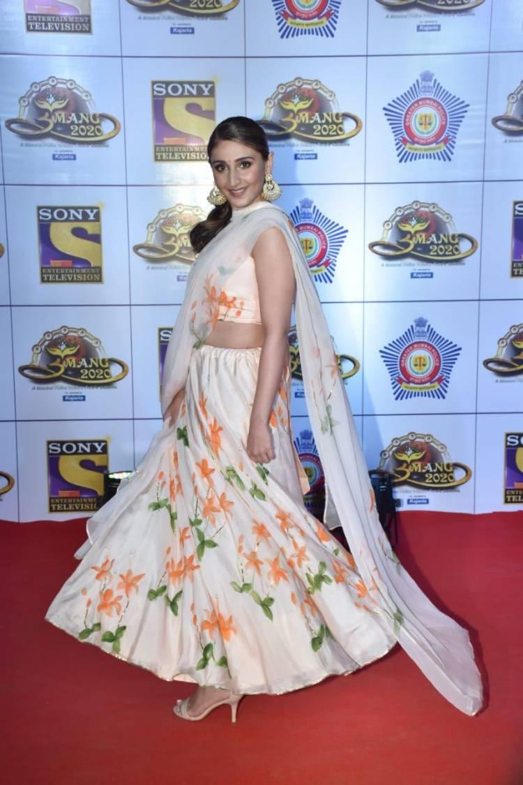 Dhvani Bhanushali looks breath-taking in her beautiful ensemble for Umang 2020