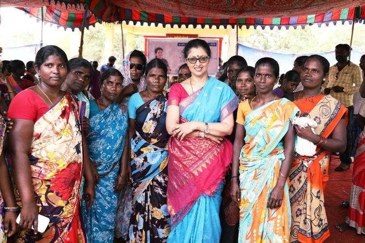 மகளிர் தினத்தை கிராமத்து பெண்களுடன் கொண்டாடிய கௌதமி !