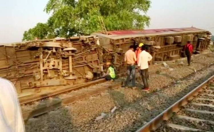 13 injured as Howrah New Delhi Poorva Express derailed near Kanpur