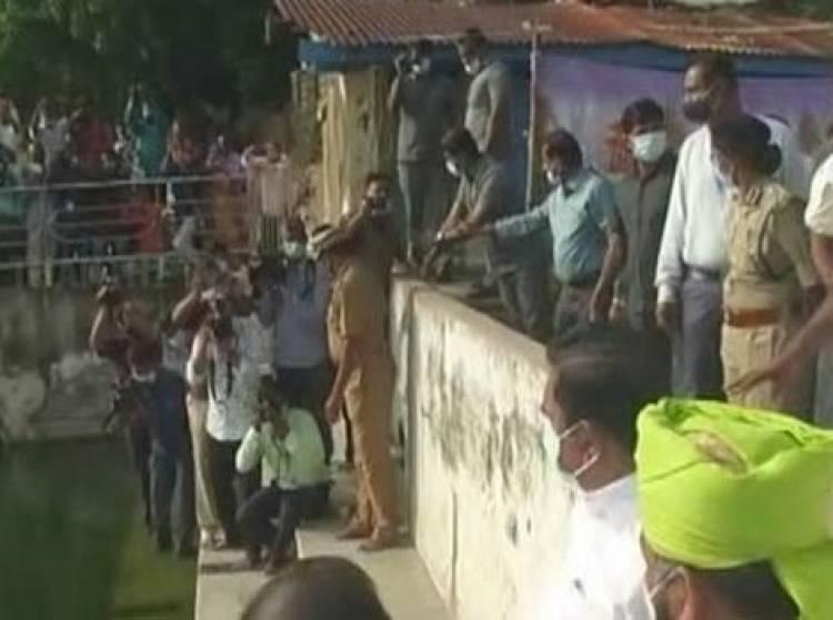 நாகூர் தர்காவில் நடந்த சிறப்பு வழிபாட்டில் முதலமைச்சர் எடப்பாடி பழனிசாமி பிரார்த்தனை